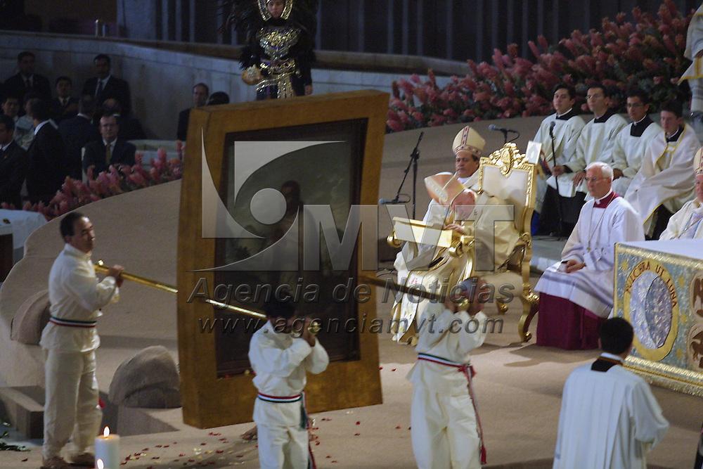 Mexico: Juan Pablo II fue recibido por danzantes prehispanicos durante la misa de canonizacion del beato Juan Diego en la Basilica de Guadalupe de esta ciudad el 31 de Julio de 2002. Agencia MVT / Mario Vazquez de la Torre.