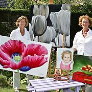 NLD/Huizen/20080813 - Tuinexpositie kunstenares Jeanine van der Kaaij en haar moeder