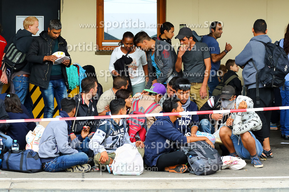 05.09.2015, Westbahnhof, Wien, AUT, Flüchtlinge auf den Weg durch die Staaten der EU, im Bild Flüchtlinge // Immigrants from the Middle Eastern countries and Africa arrived at the Railway station in Vienna, Austria on 2015/09/05. EXPA Pictures © 2015, PhotoCredit: EXPA/ Sebastian Pucher