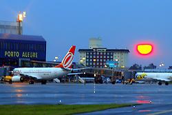 Nascer do sol no Aeroporto Internacional Salgado Filho em Porto Alegre, RS. FOTO: Jefferson Bernardes/Preview.com