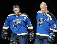 Ishockey  Datum: Datum: 12.10.2006  <br /> Doug Weight (li.) und Keith Tkachuk (beide St. Louis Blues) während der Mannschaftsvorstellung<br /> Vdig, hoch, Umarmung, umarmen, Jubel, jubeln NHL 2006/2007 Chicago Freude,  Eishockey Herren Mannschaft USA Gruppenbild optimistisch Aktion Personen<br /> Norway only