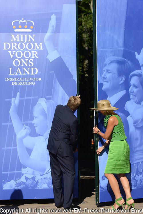 Het Droomboek is vandaag gepresenteerd op Paleis Het Loo in Apeldoorn. Het eerste exemplaar van het boek met toekomstdromen voor ons Koninkrijk werd aangeboden aan Koning Willem-Alexander in het bijzijn van honderden trotse inzenders van de dromen en Koningin Maxima.<br /> <br /> The Dream Book is presented today at Het Loo Palace in Apeldoorn. The first copy of the book with dreams of the future for our Kingdom was offered to King Willem-Alexander in front of hundreds of proud contributors of the dreams and Queen Maxima.<br /> <br /> Op de foto / On the photo: <br />  Koning Willem Alexander en koningin Máxima verrichte de opening van de tentoonstelling<br /> <br /> King Willem Alexander and Máxima Queen performed the opening of the exhibition