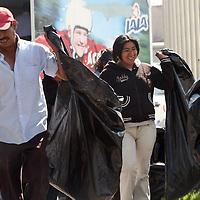 METEPEC, México.- Brigadas de Gente de Metepec, realizan trabajos de limpieza en la lateral de paseo Tollocan, dentro del programa municipal empleo temporal . Agencia MVT / José Hernández. (DIGITAL)