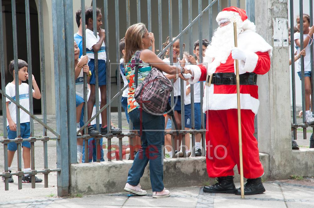 Rio de Janeiro - 13/11/2013 - Papai Noel que participava de protestos de advogados trabalhista na sede do Tribuna Regional do Trabalho (TRT) na Rua do Lavradio, no Centro, faz a alegria da criançada de escola municipal em frente ao local, na manhã desta quarta-feira (13) - FOTO: ERBS JR./FRAME