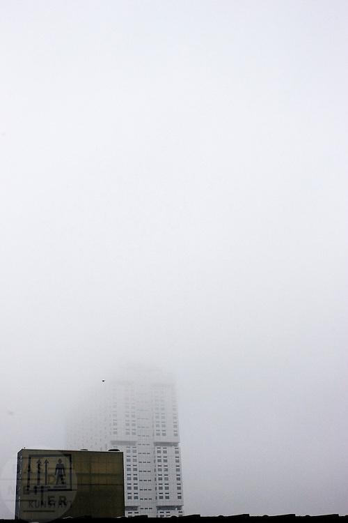 De Erasmusuniversiteit verdwijnt in de grijze wolkenmassa boven de Kunsthal in Rotterdam<br /> <br /> The Kunsthal, an artmuseum, and the Erasmus university in the fog