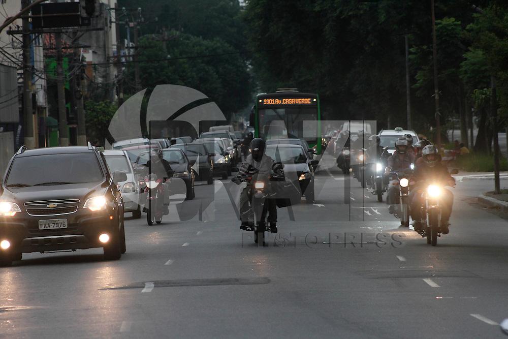 SÃO PAULO, SP, 21 JANEIRO DE 2013  - TRANSITO SP - Motoristas enfrentam transito na Av Rudge sentido rod Ayrton Sena, alturab da ponte da Casa Verde, na noite dessa quinta-feira(31) - FOTO: LOLA OLIVEIRA - BRAZIL PHOTO PRESS