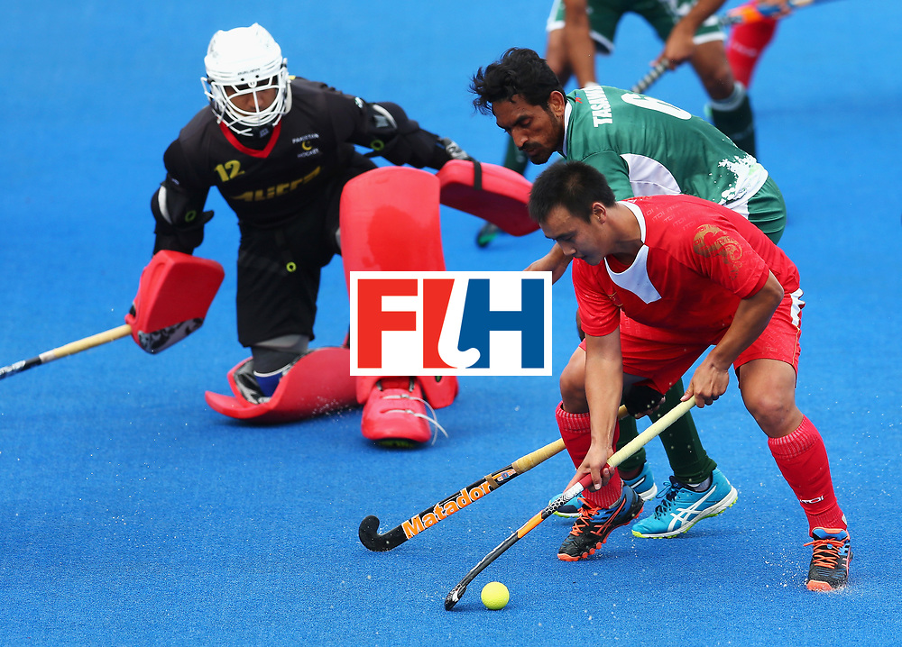 LONDON, ENGLAND - JUNE 25: Wei Wo of China attempts to score as Tasawar Abbas of Pakistan attempts to stop him during the 7th/8th place match between Pakistan and China on day nine of the Hero Hockey World League Semi-Final at Lee Valley Hockey and Tennis Centre on June 25, 2017 in London, England.  (Photo by Steve Bardens/Getty Images)