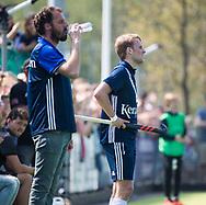 AMSTELVEEN -  Hockey Hoofdklasse heren Pinoke-Amsterdam (3-6). In de 13e minuut wat er een luid applaus voor nr. 13, Dennis Warmerdam (Pinoke) , die  vanwege kanker en een tumor in zijn arm, zijn hockeycarrière moet beëindigen  . links coach Jesse Mahieu (Pinoke) COPYRIGHT KOEN SUYK