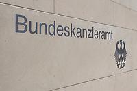 22 APR 2002, BERLIN/GERMANY:<br /> Schriftzug Bundeskanzleramt und Bundesadler in der hellen Steinmauer an der Zufahrt zum Kanzleramt<br /> IMAGE: 20020422-02-004<br /> KEYWORDS: Logo, Schild, sign, Eingang, Adler, Schrift
