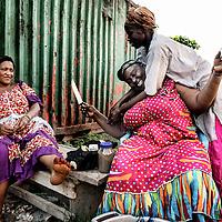 24/07/2014. Conakry. Guinée Conakry. Bidonville de Coronthie. Comme chaque année pour la nuit de Laïlat Al Qadr (nuit du 26ème au 27ème jour du Ramadan), Fatoumata et ses amies préparent le diner pour tous les croyants qui vont passer la nuit à faire la prière.  ©Sylvain Cherkaoui/Cosmos pour M le magazine du Monde