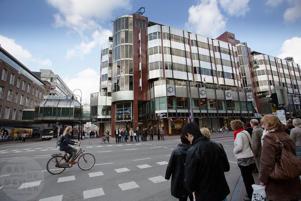 Verkeer bij de Bijenkorf in Utrecht.<br /> <br /> Cyclist and pedestrians near the Bijenkorf in Utrecht.