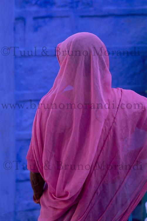 Inde. Rajasthan. Jodhpur la ville bleue. Femme en sari rose. // India. Rajasthan. Jodhpur. The blue city. Woman in sari.