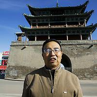 JINCHANG : Professor Chen Zhengyi , der fest an den Roemerkult glaubt, vor einem  Tempel.