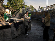 Junge Leute fotografieren sich vor Brunnen in einem Park in der Nähe des Kreml im Moskauer Zentrum.<br /> <br /> Young people photographing each other infront of fountains in a park close to the Kremlin in the center of the Russian capitol Moscow.