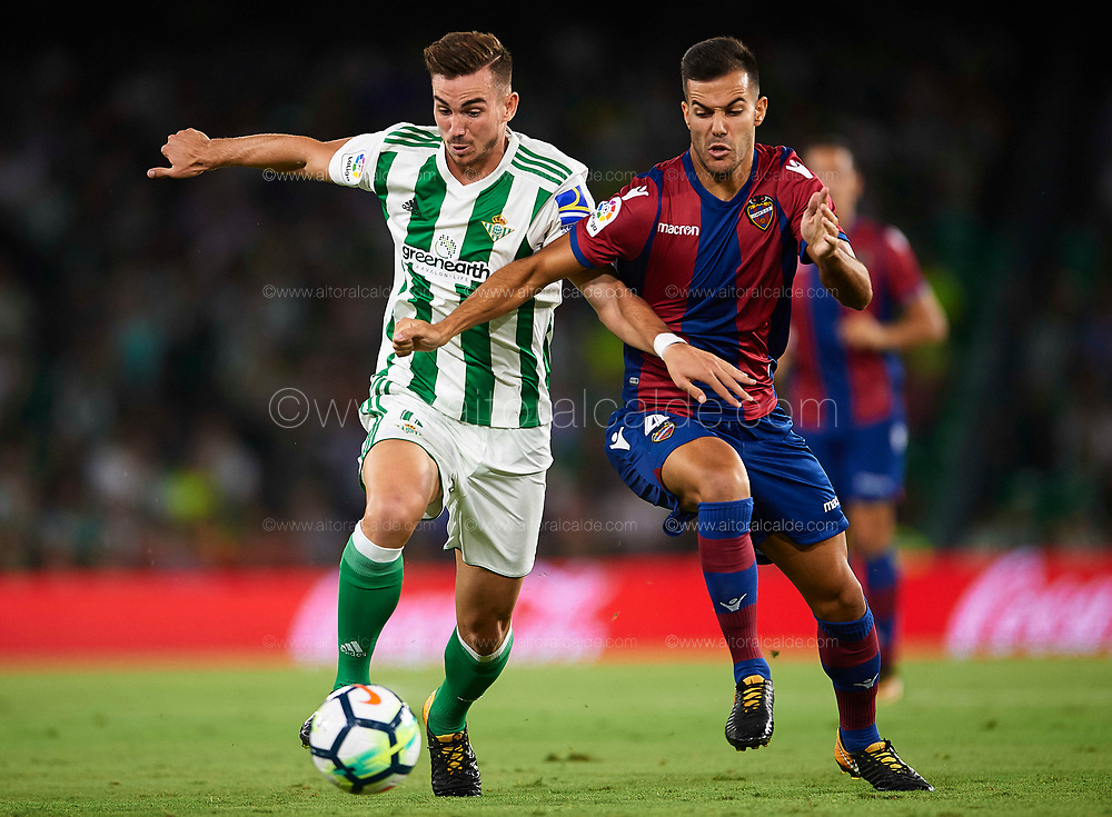SEVILLE, SPAIN - SEPTEMBER 25:  Fabian Ruiz of Real Betis Balompie (L) competes for the ball with Roberto Suarez Pier of Levante UD (R) during the La Liga match between Real Betis and Levante at Estadio Benito Villamarin on September 25, 2017 in Seville, .  (Photo by Aitor Alcalde Colomer/Getty Images)