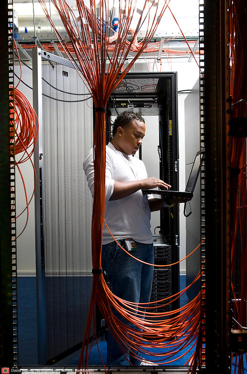 Nederland Rotterdam 14 oktober 2008 20081014 Foto: David Rozing ..Medewerker ICT afdeling servicedienst gemeente Rotterdam checkt processen in de serverruimte..Foto: David Rozing