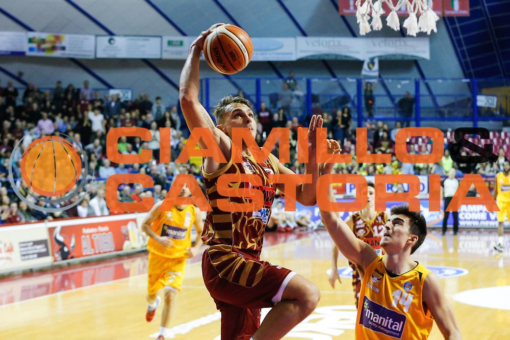 DESCRIZIONE : Venezia Lega A 2015-16 Umana Reyer Venezia - Manital Torino<br /> GIOCATORE : Stefano Tonut<br /> CATEGORIA : Tiro<br /> SQUADRA : Umana Reyer Venezia - Manital Torino<br /> EVENTO : Campionato Lega A 2015-2016<br /> GARA : Umana Reyer Venezia - Manital Torino<br /> DATA : 31/01/2016<br /> SPORT : Pallacanestro <br /> AUTORE : Agenzia Ciamillo-Castoria/G. Contessa<br /> Galleria : Lega Basket A 2015-2016 <br /> Fotonotizia : Venezia Lega A 2015-16 Umana Reyer Venezia - Manital Torino