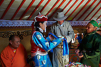Mongolie, Province Bayankhongor, mariage nomade de Ulambayar et Sangaadamba, tout les deux 21 ans // Mongolia, Bayankhongor province, Nomadic wedding between Ulambayar and Sangaadamba, 21 years old