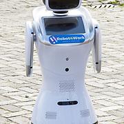 NLD/Amsterdam/20190509 -  Zoe Saldana bij finale van de Chivas Venture, Robot