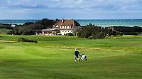 WIMEREUX   (FR.) - Hole  18 met clubhuis van Wimereux Golf Club . Copyright Koen Suyk