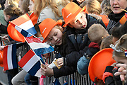Koning Willem Alexander en Koningin Maxima brengen streekbezoek aan Krimpenerwaard  ////  King Willem Alexander and Queen Maxima bring regional visit to the Krimpenerwaard<br /> <br /> Op de foto / On the photo:  Aankomst van de  Koning en  Koningin bij het gemeentehuis van Krimpen aan den IJssel<br /> <br /> Arrival of the King and Queen at the town of Krimpen aan den IJssel