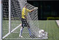 Fussball  FIFA Training 10.08.2013 Symbolbild, Torwart holt Baelle aus dem Tor