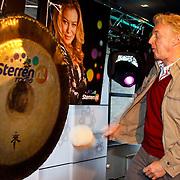 NLD/Hilversum/20100402 - Start Sterren.nl radiostation, Andre van Duin opent het radiostation