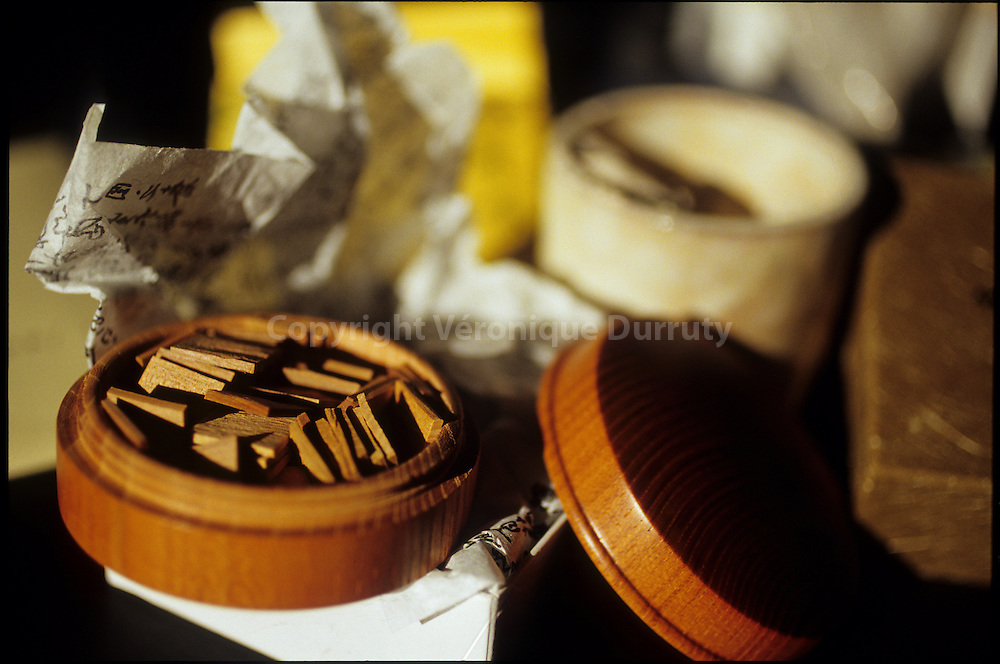Kodo material. Kodo is the incense traditional ceremony in Japon. Kodo s rules has been defined during Middle age.  Materiel pour le kodo : la ceremonie de l'encens. Cette ceremonie au cours de laquelle les participants appr?cient les fragrances exhalees par les bois parfumes que l'on brule selon les regles traditionnelles, est un art qui demande une haute spiritualite et une grande culture. A l origine vers la seconde moiti? du VII? siecle, on se met ? utiliser l encens couramment pour embaumer les pieces d'habitation (soradaki) et pour parfumer les vetements (iko), l age d'or se situe au X? si?cle. On se sert, pour ce faire, d'un encens (neriko) pr?pare en malaxant une poudre de bois parfume, des produits aromatiques d'origine animale et du miel, selon un procede d'origine chinoise. On met au point sa propre formule de composition dont on garde jalousement le secret. De la, se developpe une sorte de competition appel?e takimono-awase, dont le vainqueur est celui qui presente le melange de plus haute qualit?. Aux XIV? et XV? si?cles On commence alors ? utiliser directement les bois eux-m?mes, avec lesquels on pratique un autre jeu, le meiko-awase. Il s'agit non seulement de juger des qualites et des defauts des encens presentes, mais egalement de l'adequation des appellations qu'on leur attribue en fonction de leur couleur, de leur forme, de leur provenance, ainsi que des references poetiques et litteraires auxquelles ils renvoient. Un general du nom de Sasaki Doyo a pu collectionner de grandes quantites de bois aromatiques et donne ainsi des receptions ou l on pratique cet art de l'encens, ainsi que celui du the. Il organise pour cela de v?ritables banquets, accompagnes de competitions au cours desquelles sont offerts de nombreux prix. La ceremonie des parfums se transforme en reception mondaine et en jeu d'argent. Mais bientot, des amateurs de parfums, des lettres et gens de culture tels que le sh?gun Ashikaga Yoshimasa (1436-1490), le poete Sanjonishi Sanetaka
