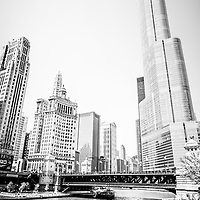 Black and white picture of Chicago River architecture with Trump Tower, Michigan Avenue Bridge (DuSable Bridge), London Guarantee Building (Crain Communications Building), Leo Burnett building, and United Airlines building.