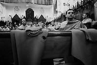 Reportage sulla processione del venerdi santo a Gallipoli...Gli appartenenti alla confraternita del ss. Crocifisso attendono di completare la vestizione prima di prender parte alla processione.