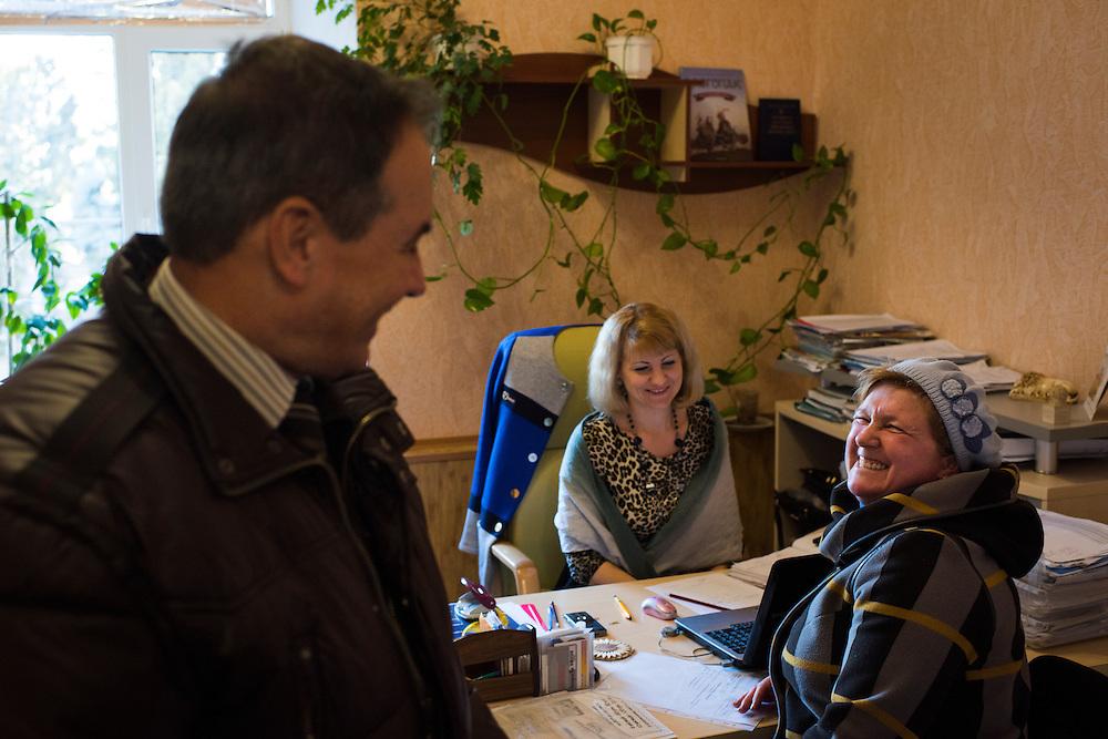 Michel Terestchenko dans les bureaux de son entreprise, Linen of Desna, qu'il visite de temps en temps, le 8 d&eacute;cembre 2015, &agrave; Hlukhiv Ukraine. Avant d'&ecirc;tre maire il &eacute;tait entrepreneur local. Il promet de retourner &agrave; ses affaires d&egrave;s la fin de son mandat.<br /> <br /> Michel Terestchenko speaks with women in the office of his business, Linen of Desna, on December 8, 2015 in Hlukhiv, Ukraine. Prior to being elected mayor, Terestchenko was, and continues to be, a local businessman.