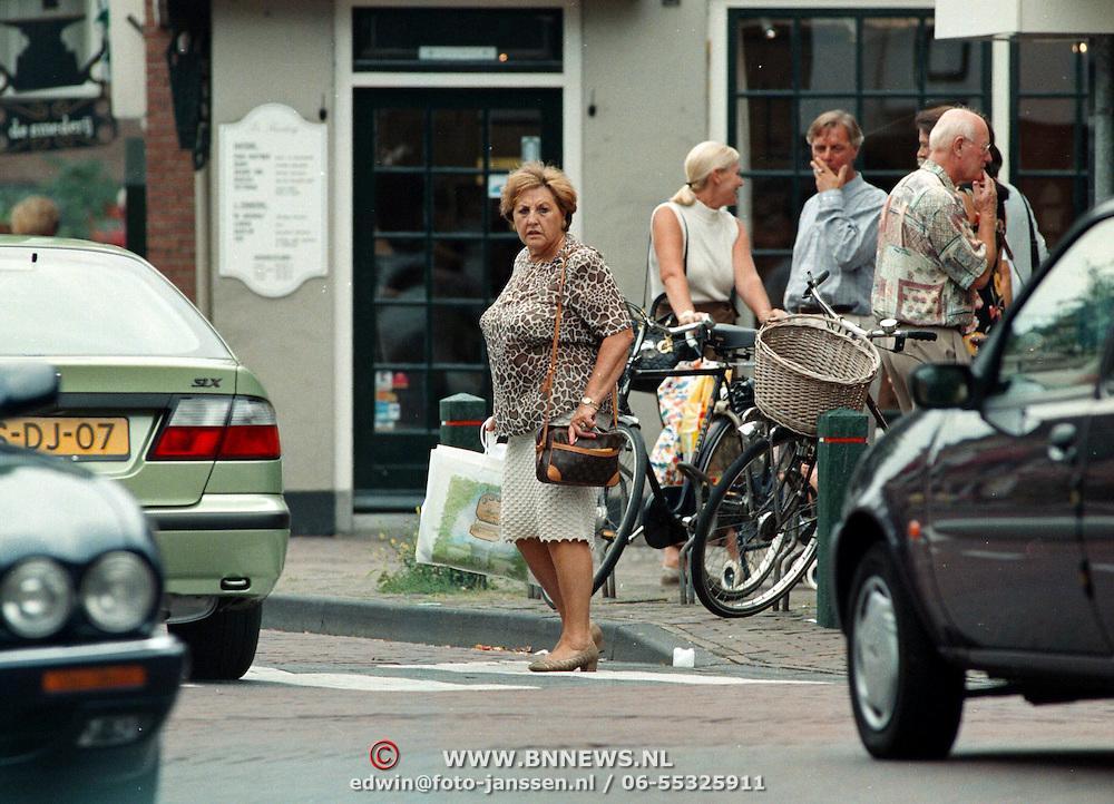 Ria Molenaar winkelend in Laren