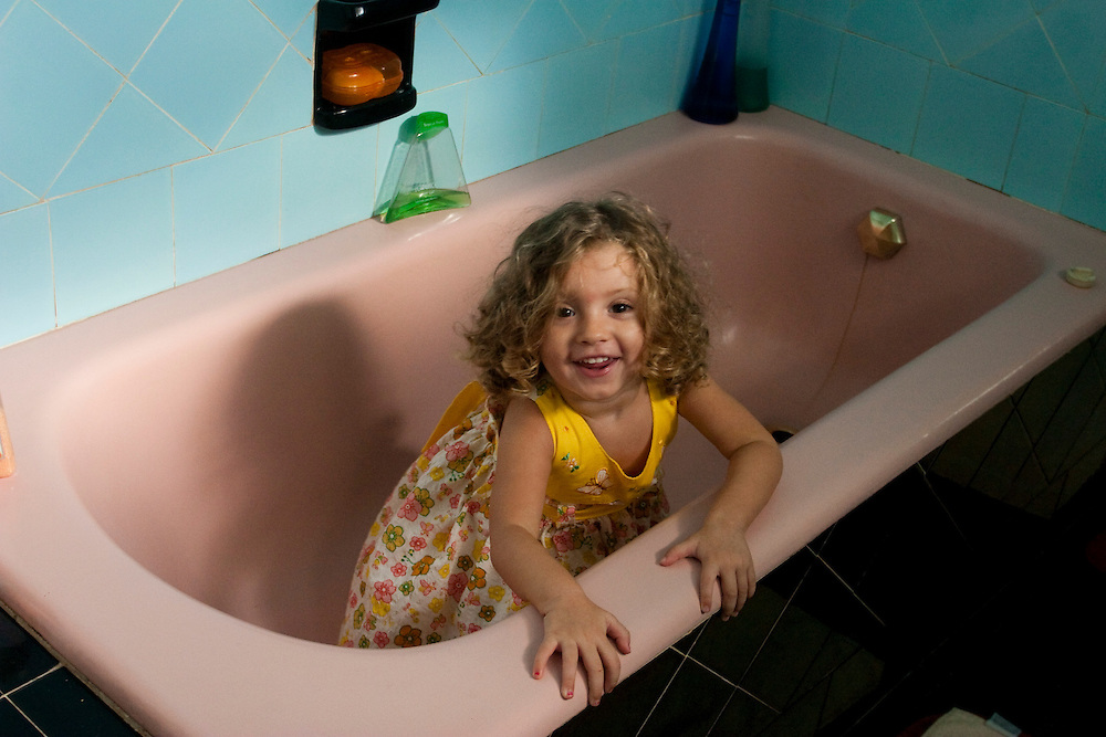 Belo Horizonte_MG, Brasil...Garota em uma banheira...A girl in the bath...Foto: LEO DRUMOND / NITRO