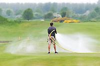 SPIJK - Droogte - Greenkeeper op de Dutch sproeit de green met water . COPYRIGHT KOEN SUYK