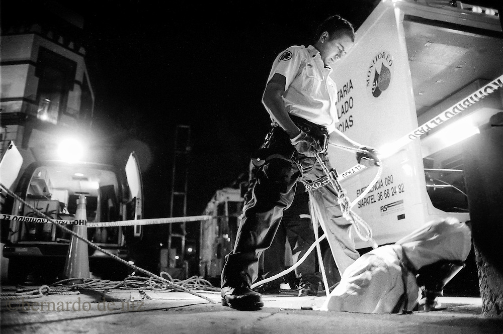 Photo essay of the live of the city of Guadalajara at night. Firemen, solitude, emergency rooms, a waiting of the next train. Snap shot of a reality that use to hide under the shadows of the night. / Photographer: Bernardo De Niz