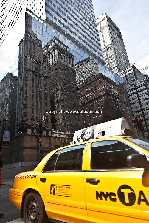 New York - yellow cabs on Madison avenue, and 42nd street. with a mirror reflection on a building. in the back ground   United States  / taxi jaune sur madisson avenue New York Manhattan - Etats unis