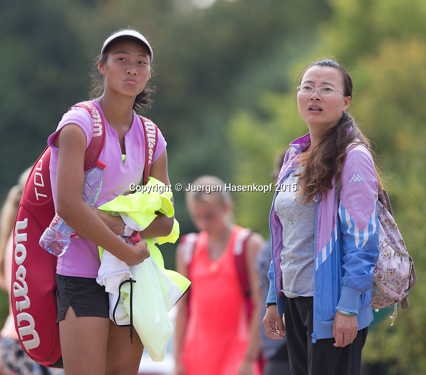 Qinwen Zheng (CHN) mit ihrer Mutter,Tennis Europe-M&uuml;nchen Junior Open<br /> <br /> Tennis - Audi GW plus Zentrum M&uuml;nchen Junior Open 2015 - ITF Junior Tour -  SC Eching - Eching - Bayern - Germany  - 10 August 2015. <br /> &copy; Juergen Hasenkopf