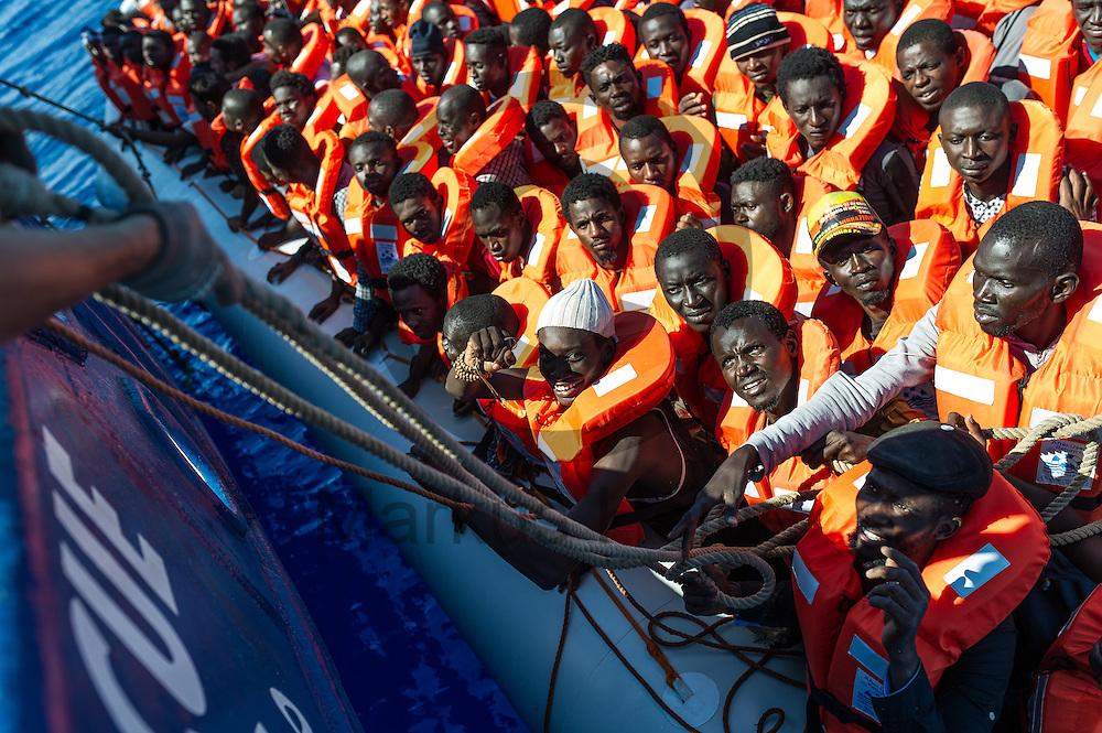 Ein Boot mit 119 Fluechtlingen legt am 22.09.2016 an das Fluechtlingsrettungsboot Sea-Watch 2 in internationalen Gewaessern vor der libyschen Kueste an. Foto: Markus Heine / heineimaging<br /> <br /> ------------------------------<br /> <br /> Veroeffentlichung nur mit Fotografennennung, sowie gegen Honorar und Belegexemplar.<br /> <br /> Publication only with photographers nomination and against payment and specimen copy.<br /> <br /> Bankverbindung:<br /> IBAN: DE65660908000004437497<br /> BIC CODE: GENODE61BBB<br /> Badische Beamten Bank Karlsruhe<br /> <br /> USt-IdNr: DE291853306<br /> <br /> Please note:<br /> All rights reserved! Don't publish without copyright!<br /> <br /> Stand: 09.2016<br /> <br /> ------------------------------