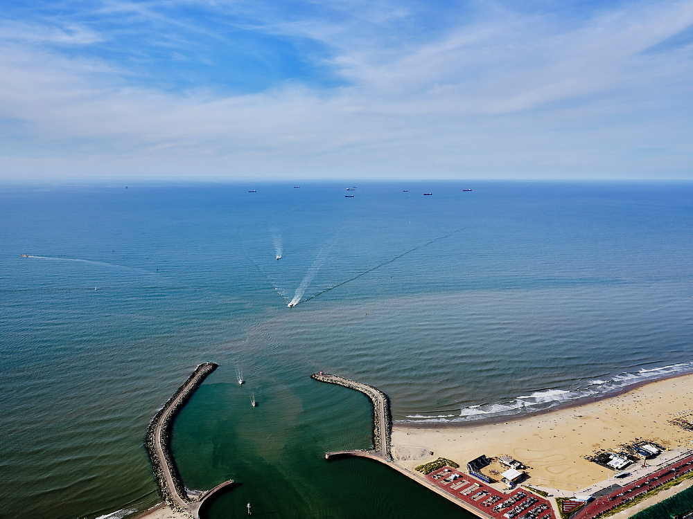Nederland, Zuid-Holland, Den Haag, 14-09-2019; ingang haven Scheveningen, de buitenhaven met Zuidelijk en Noordelijk havenhoofd.<br /> Scheveningen harbor entrance, the outer harbor with Southern and Northern harbor heads.<br /> <br /> luchtfoto (toeslag op standard tarieven);<br /> aerial photo (additional fee required);<br /> copyright foto/photo Siebe Swart