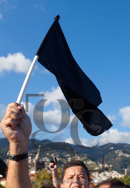 Manifesta&ccedil;&atilde;o de indigna&ccedil;&atilde;o no aterro da cidade do Funchal esta tarde.<br /> Foto Gregorio Cunha