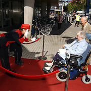 Premiere Onverwacht Weerzien Amsterdam, verwelkomen bezokster, gehandicapt, rolstoel, piccolo