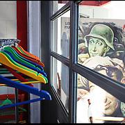 nella foto: scarico e deposito scenografie ....Il Cineporto di Torino nato dal recupero dell'ex cotonificio Cologno di via Cagliari. La cittadella del cinema ospita gli uffici della Film Commission e gli spazi di servizio per ospitare fino a 5 produzioni in contemporanea.