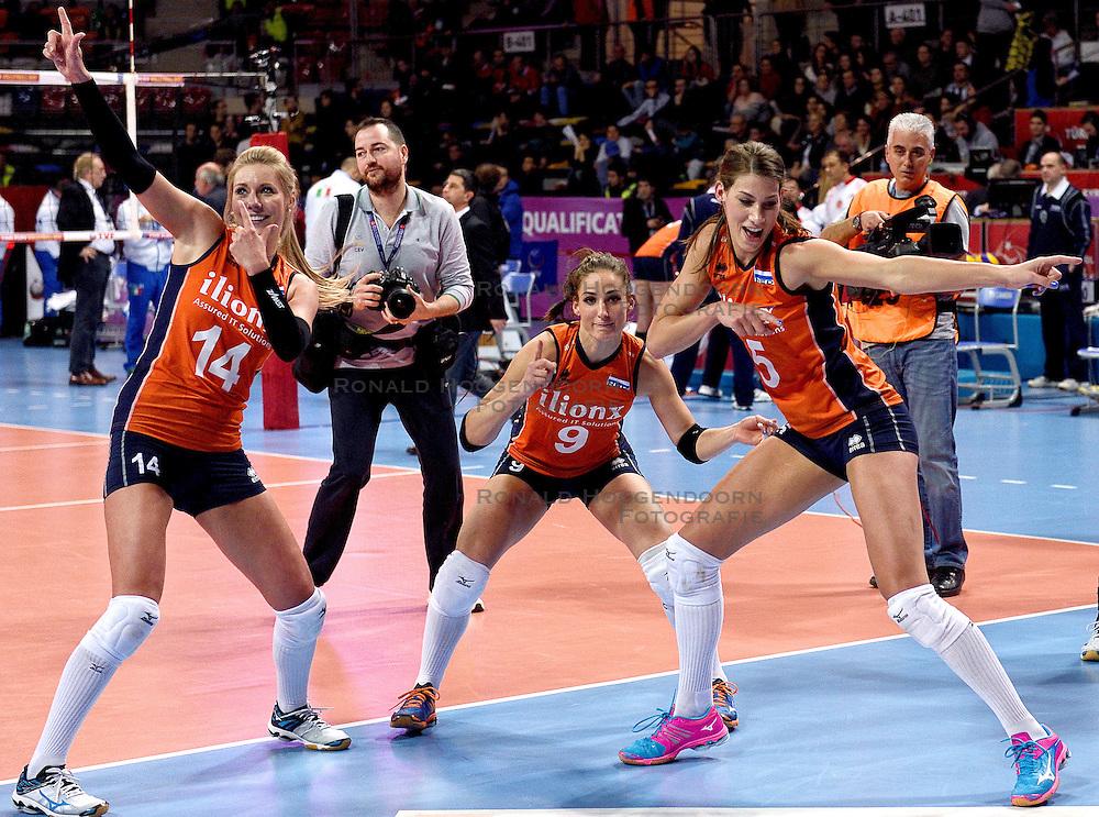 08-01-2016 TUR: European Olympic Qualification Tournament Nederland - Italie, Ankara<br /> De volleybaldames hebben op overtuigende wijze de finale van het olympisch kwalificatietoernooi in Ankara bereikt. Italië werd in de halve finales met 3-0 (25-23, 25-21, 25-19) aan de kant gezet / Vreugde bij Nederland met Laura Dijkema #14, Myrthe Schoot #9, Robin de Kruijf #5