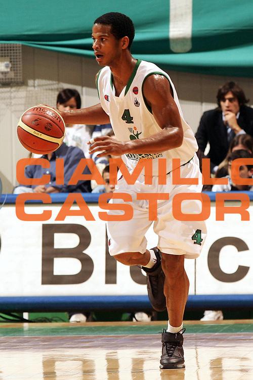 DESCRIZIONE : Siena Lega A1 2006-07 Montepaschi Siena Siviglia Wear Teramo <br /> GIOCATORE : Forte <br /> SQUADRA : Montepaschi Siena <br /> EVENTO : Campionato Lega A1 2006-2007 <br /> GARA : Montepaschi Siena Siviglia Wear Teramo <br /> DATA : 15/10/2006 <br /> CATEGORIA : Palleggio <br /> SPORT : Pallacanestro <br /> AUTORE : Agenzia Ciamillo-Castoria/P.Lazzeroni