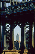 New York. Brooklyn. The empire state building beetween the arch of Manhattan bridge ,  Brooklyn Dumbo area under the Manhattan bridge, /  l'empire state building sous le pont de Manhattan quartier Dumbo,