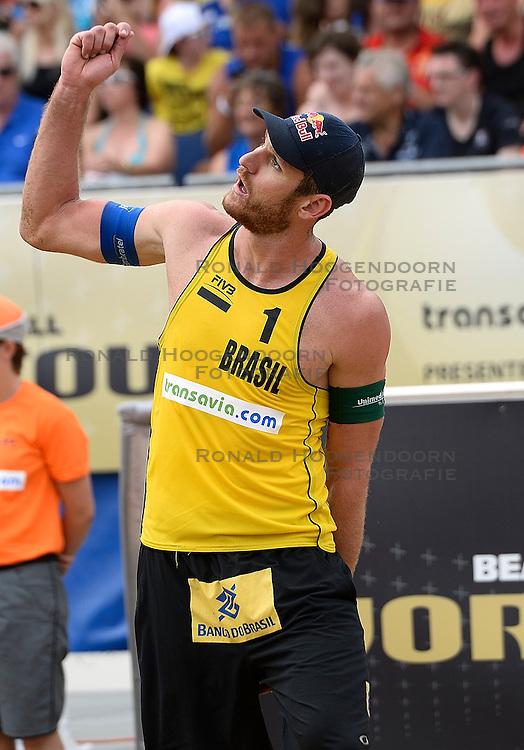 20-07-2014 NED: FIVB Grand Slam Beach Volleybal, Scheveningen<br /> Alison Cerutti (1) BRA