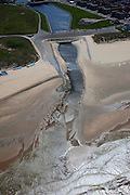 Nederland, Zuid-Holland, Katwijk, 12-05-2009; Katwijk aan de Rijn met uitwateringskanaal. Het kanaal vervangt de oorspronkelijke monding van de rivier omdat deze verzand is. Het kanaal is noodzakelijk voor de afvoer van rivier- en regenwater .Swart collectie, luchtfoto (toeslag); Swart Collection, aerial photo (additional fee required).foto Siebe Swart / photo Siebe Swart