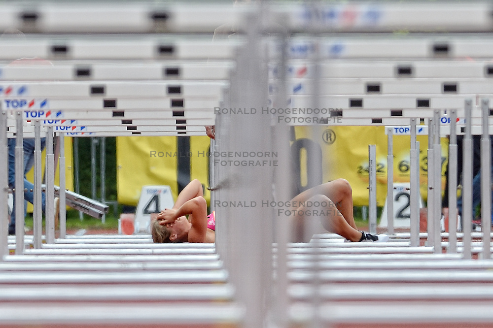 16-05-2015 NED: Flynth Recordwedstrijden, Hoorn<br /> Flynth Recordwedstrijden in Hoorn, de tweede wedstrijd uit het Nationaal Baancircuit Atletiek / Dafne Schippers tijdens het kogelstoten. Een onderdeel later op de horden gaat ze hard onderuit op de eerste horde.