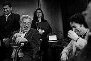 El violinista israeli, Itzhak Perlman (i) y el director venezolano, Gustavo Dudamel (d) rien durante una conferencia de prensa realizada hoy, miércoles 3 de junio, en el Hotel Centro Lido de Caracas, Venezuela. Ambos músicos ofrecerán un concierto en el Teatro Teresa Carreño con el objetivo de conseguir fondos para adquirir instrumentos para músicos de escasos recursos del Sistema de Orquestas Juveniles. (ivan gonzalez).