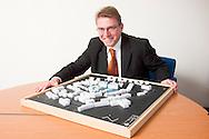 Nederland, Ewijk, 20041125..Maquette van de nieuwbouw van de Kasteelhof in Druten..Voorzitter van de Raad van Bestuur van Zorggroep Maas en Waal, Bert van Lingen.  Verpleeghuis Waelwick in Ewijk...Beide instellingen vallen onder Stichting de Hostert...